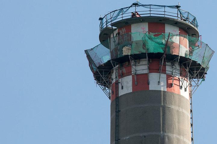 Kommende Woche soll ein Bagger von oben nach unten den Turm wegknabbern.