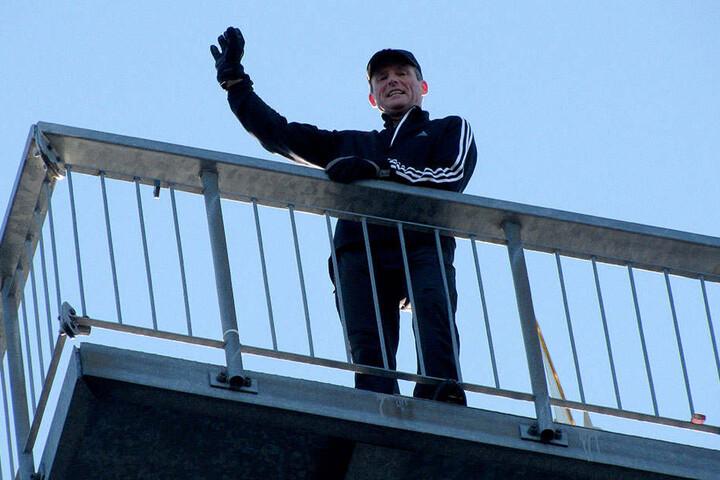 Frank Müller (54) auf der Plattform seines Sportgerätes: Vom Totenstein kann man bis ins Erzgebirge schauen.