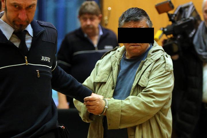 Hier wird der Angeklagte Alexander R. (69) von einem Justizbeamten in den Saal geführt.