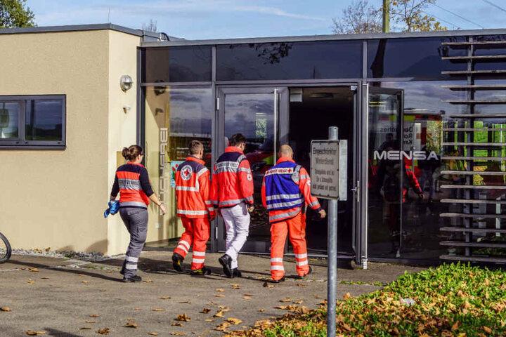 Rettungskräfte auf dem Weg in die Mensa.