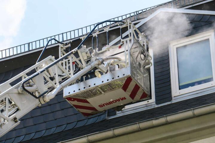 Die Feuerwehr konnte sich über die Drehleiter Zutritt zur Wohnung verschaffen.