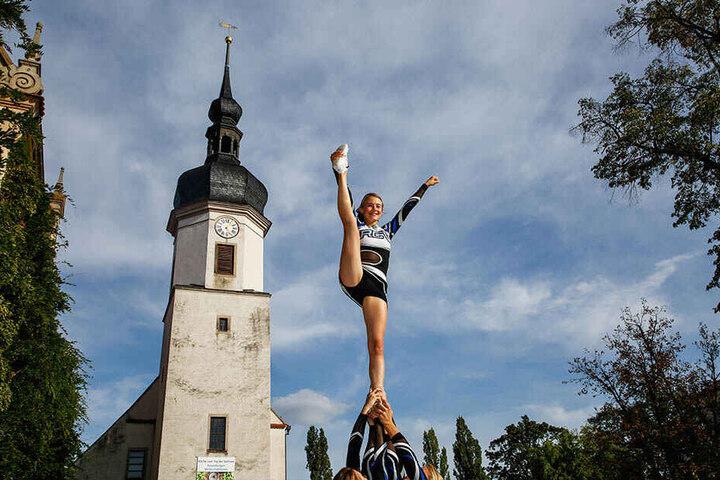 Cheerleader machen dem Rathausturm Konkurrenz.