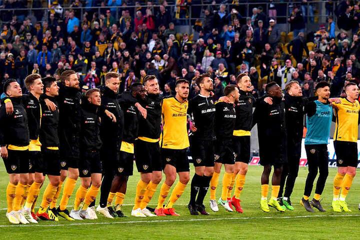 """Ein Sieg und schon hatten die Spieler ihre Fans trotz der """"Causa Schubert"""" wieder lieb. Nach dem 2:1-Erfolg sangen die Schwarz-Gelben vorm K-Block """"Forza Dynamo!"""""""