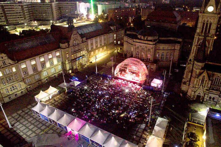 So stimmungsvoll wie hier beim Taschenlampen-Konzert soll es auch 2017 wieder auf dem Theaterplatz aussehen.