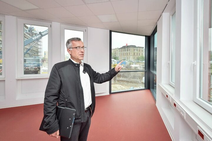 Projektleiter Eckart Boettcher (55) steht in einem der fertiggestellten Büros des neuen Technischen Rathauses.