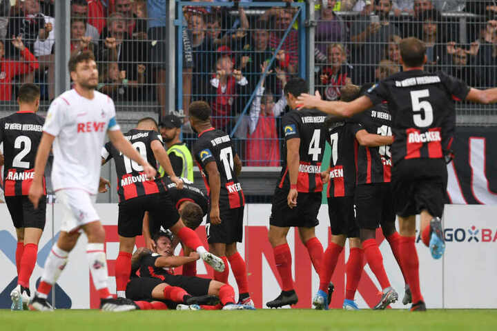 Wiesbadens Spieler jubeln nach dem Tor zum 2:2.