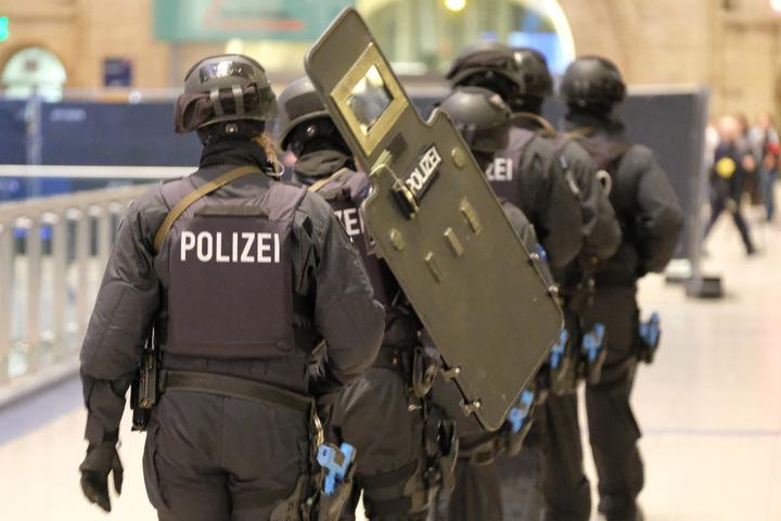 Mit Helm und Schild mussten sich die Polizisten vor dem Mann schützen. (Symbolbild)