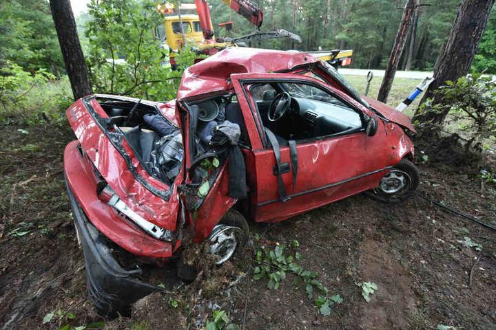 Bei Lieske in der Oberlausitz wurde der Suzuki beim Aufprall an einen Baum schwer demoliert.