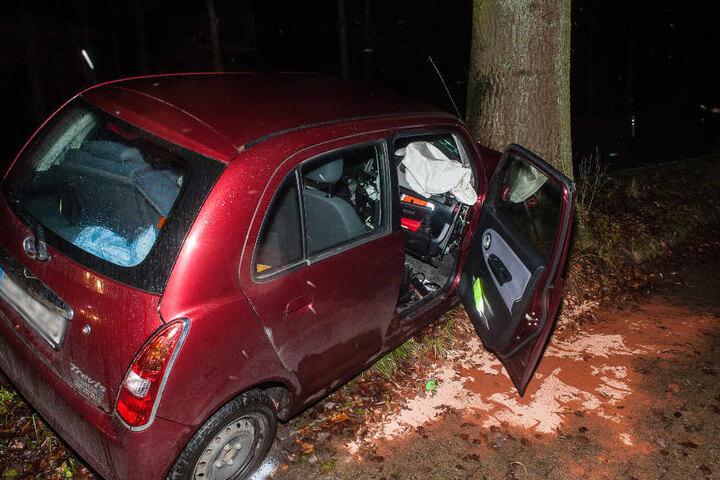 Der Fahrer wurde lebensgefährlich verletzt.