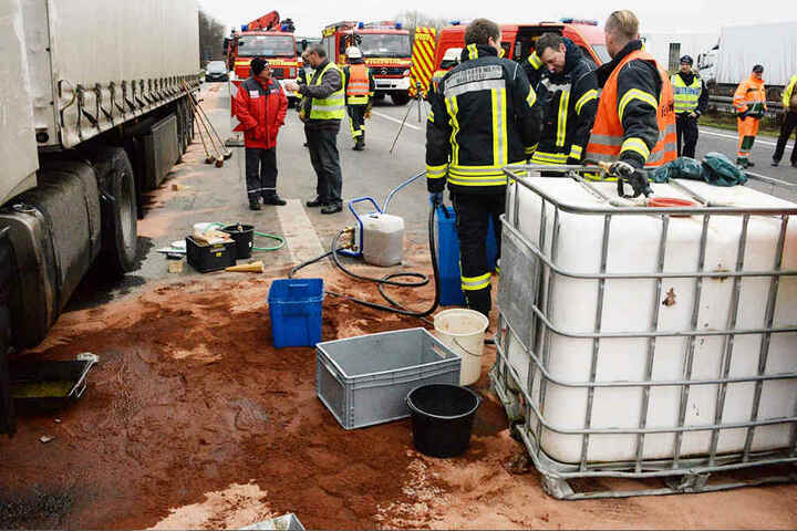 Loch im Tank: Lastwagen verliert 800 Liter Diesel auf A2 bei Bielefeld