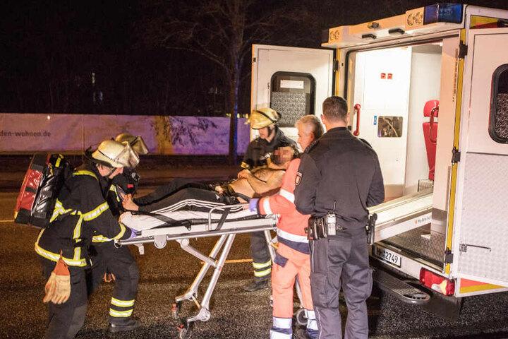 Einer der Streithähne wurde von Sanitätern in einen Krankenwagen gebracht.