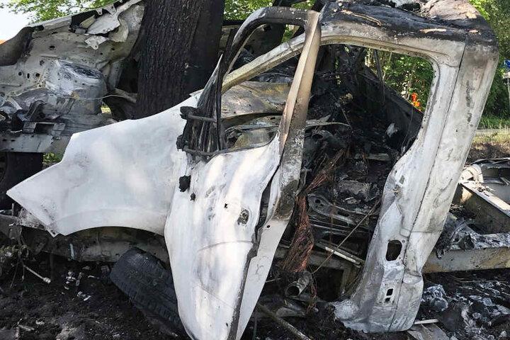 Der Lastwagen brannte nach dem schweren Unfall auf der Staatsstraße 2084 komplett aus.