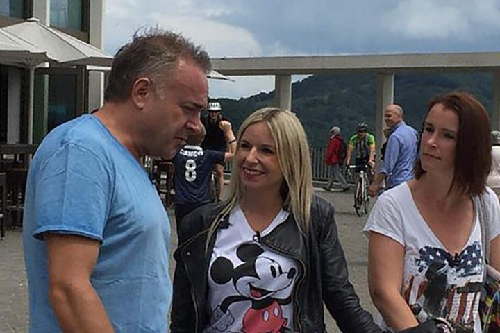 Schlagersänger Tim Toupet macht mit Carina (M.) und Tanja einen Ausflug zum Drachenfels.