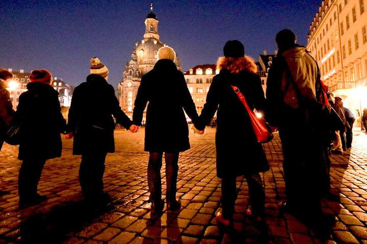 Tausende Dresden halten sich in diesem Moment an den Händen!