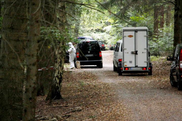 Oktober 2018: In einem Waldstück südlich von Pforzheim wurde die Leiche von Simon P. entdeckt. Polizisten sind vor Ort.