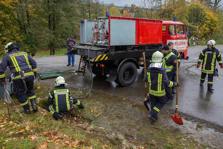 Die Kameraden spülten Straße und Kanalisation von der Gülle frei.