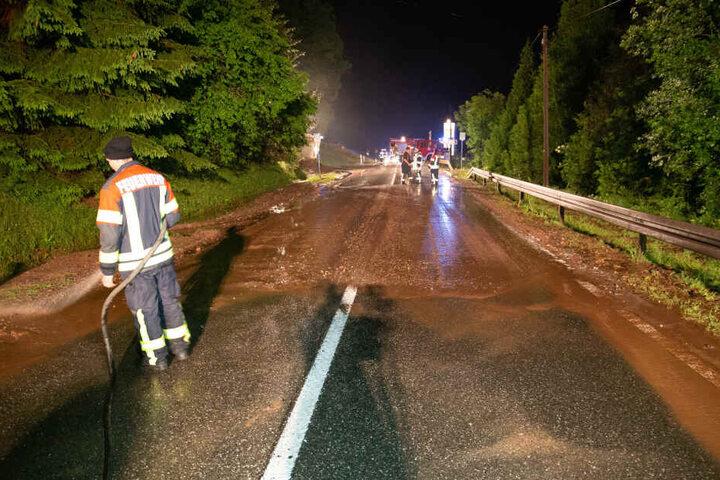 Der Schlamm schob sich die Straße entlang, türmte sich teilweise meterhoch an den Seiten.