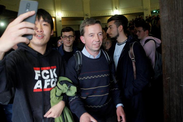 Bernd Lucke verlässt nach seiner verhinderten Antrittsvorlesung den Hörsaal der Universität.