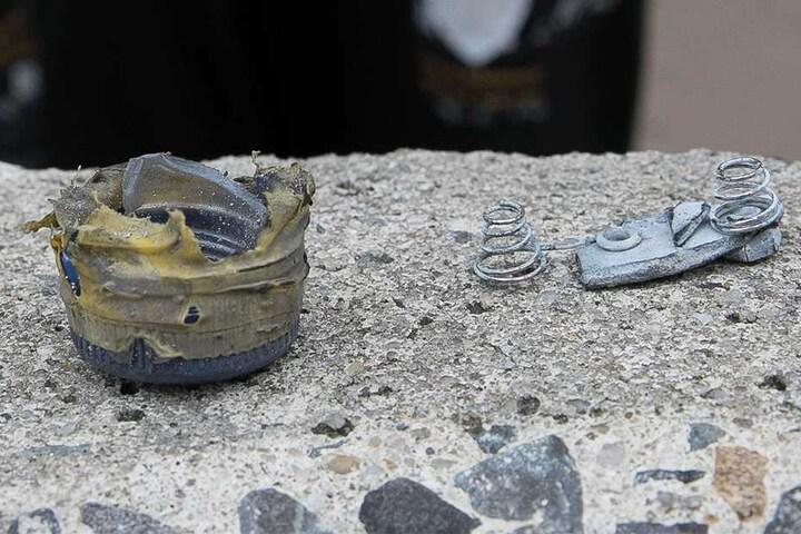 Die Teile des detonierten Sprengsatzes wurden vor Ort gesichert. Nun tauchte ein Metallstück auf, dessen Herkunft völlig unklar ist.