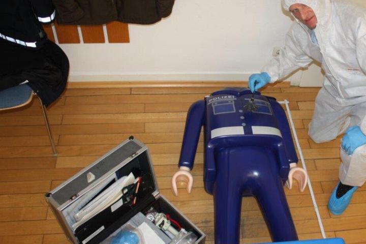 Die Spurensicherung stellte den Unterkörper der großen Playmobil-Figur sicher.