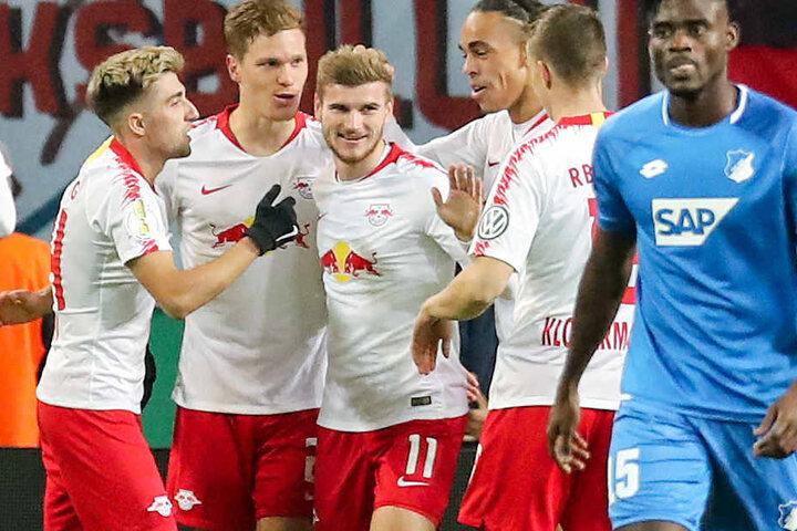 Er erlegte die TSG Hoffenheim im Alleingang: Timo Werner (Dritter v. l.) wird von seinen Leipziger Teamkollegen gefeiert.