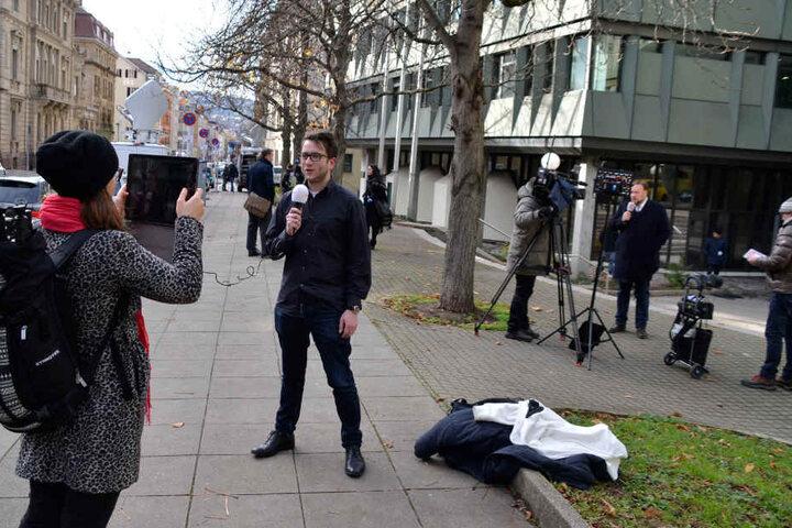 Reporter vor dem Gerichtsgebäude am Montagvormittag.
