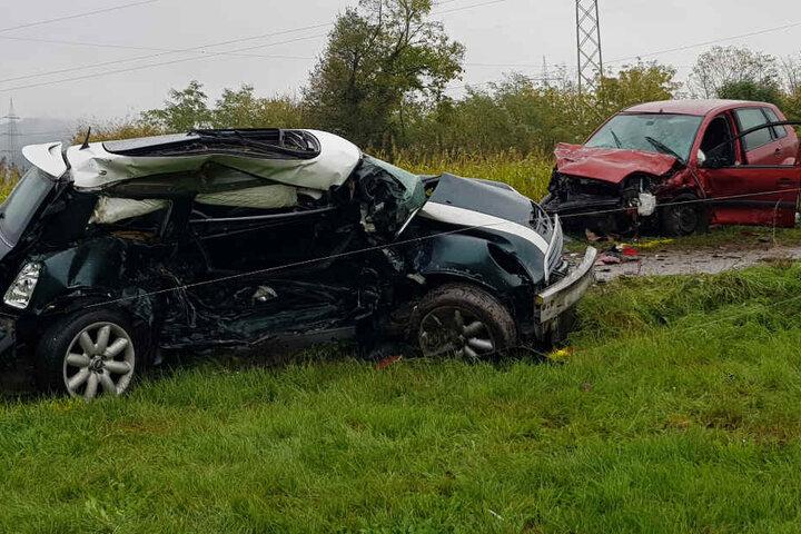Der 18-jährige Mini-Fahrer erlag seinen Verletzungen, der 37-jährige Ford-Fahrer wurde schwer verletzt ins Krankenhaus gebracht.