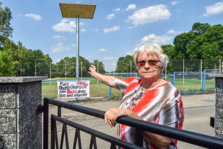 Helga Köschel (76) befürchtet Dreck und Lärm durch den Vogelturm, den die Stadt aufstellen ließ.