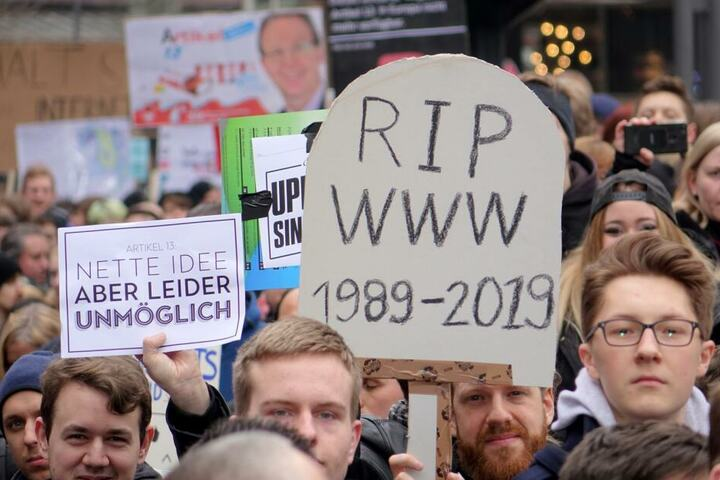 """Die Demonstranten befürchten, dass das Internet nach der Reform möglicherweise nicht mehr so genutzt werden kann wie bisher, da einige Plattformen wie YouTube und Co. möglicherweise sogenannte """"Upload Filter"""" einsetzen."""