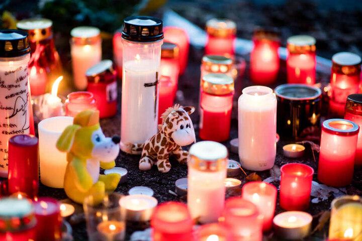 Kerzen und Stofftiere liegen an der Unglücksstelle.
