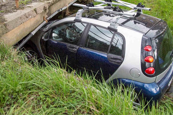Das Fahrzeug rutschte einen Hang hinunter und blieb im Bach unter einer Brücke stecken.