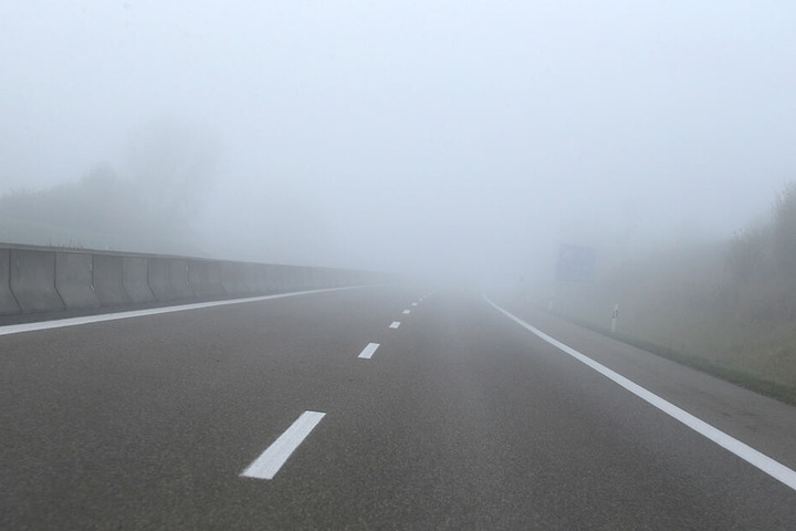 Morgennebel liegt über der Autobahn A96.