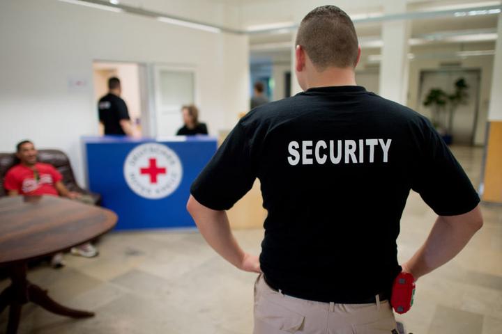 In den ersten deutschen Krankenhäuser werden bereits private Sicherheitsdienste zum Schutz der Mediziner eingesetzt (Symbolbild).