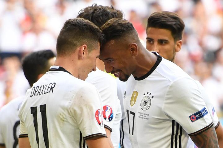 Jérôme Boateng jubelt mit Julian Draxler über den Treffer zum 2:0 gegen die Slowakei.