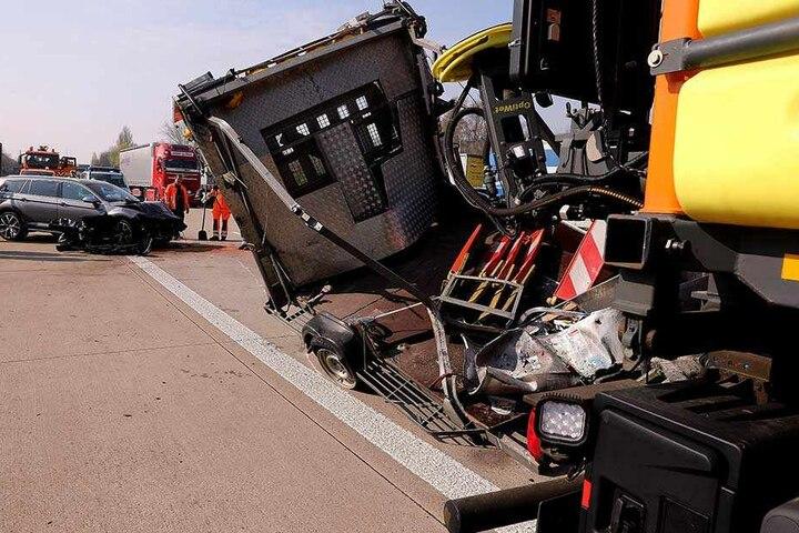 Auto und Schilderwagen wurden bei dem Crash schwer beschädigt.