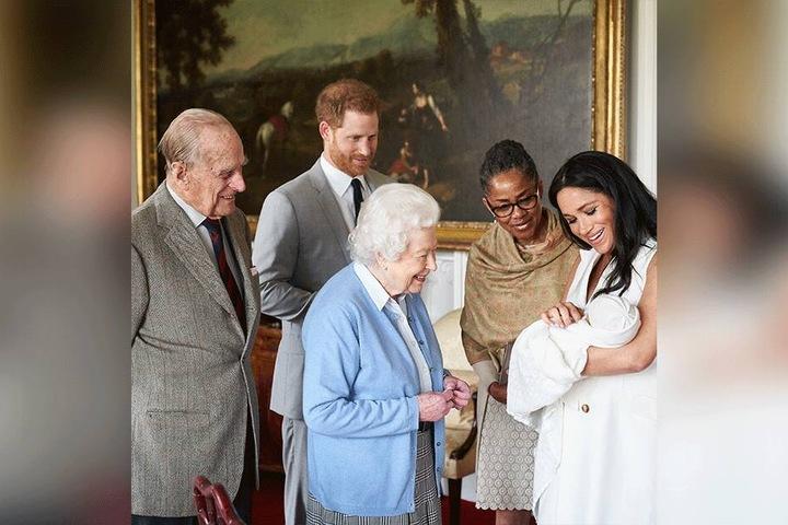Herzogin Meghan zusammen mit Prinz Harry, ihrem Sohn Archie, Königin Elizabeth II., dem Herzog von Edinburgh und ihrer Mutter Doria Ragland (zweite von rechts).