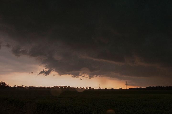 Auf einmal war es duster: Die Unwetter arbeiteten sich über den Norden Deutschlands und richteten dabei zum Teil schwere Schäden an.