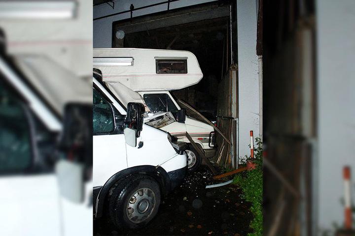 Der Lieferwagen drückte das Wohnmobil in ein Scheunentor.