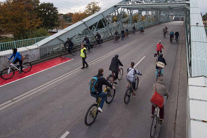 Zahlreiche Radfahrer hatten am Donnerstag das Blaue Wunder ganz für sich alleine. Allerdings nur für 10 Minuten.