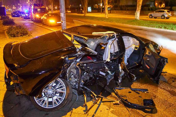Der Audi wurde total geschrottet.