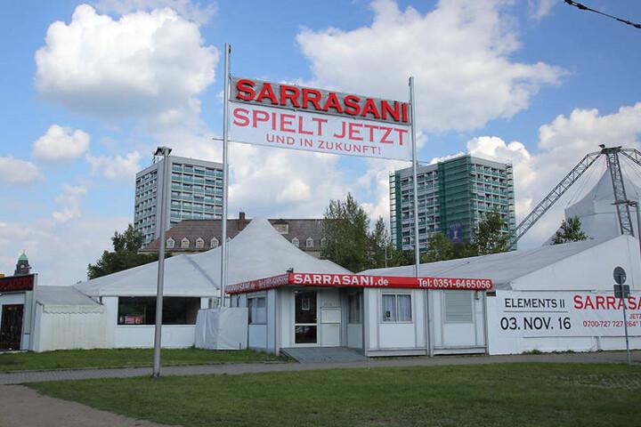 Klare Botschaft: Am aktuellen Standort nahe dem Hauptbahnhof stellt Sarrasani fest: Sie spielen jetzt und in Zukunft.