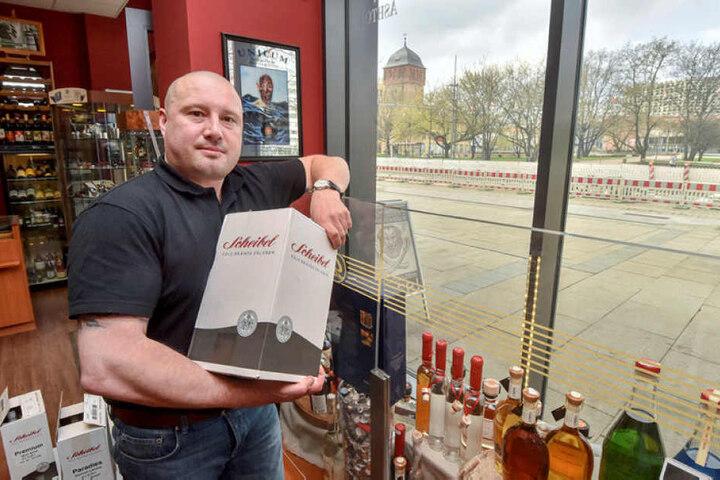 Daniel Bartzscke, Inhaber des Tabak- und Spirituosengeschaeftes Georg Bliedung auf der Strasse der Nationen in Chemnitz.