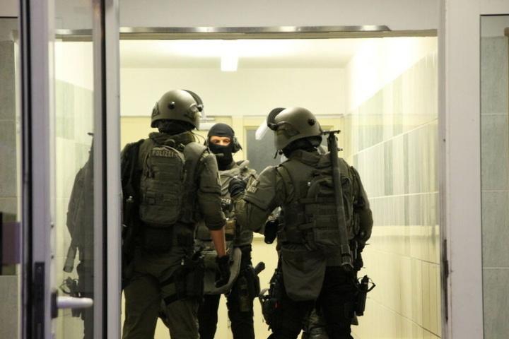 Beamte des SEK stürmten am Dienstagabend eine Wohnung in der Warnowallee.