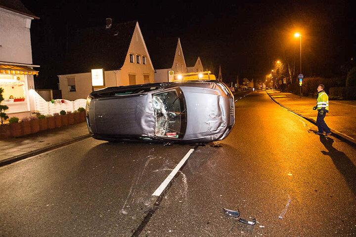 Das Auto blieb auf der Seite liegen.