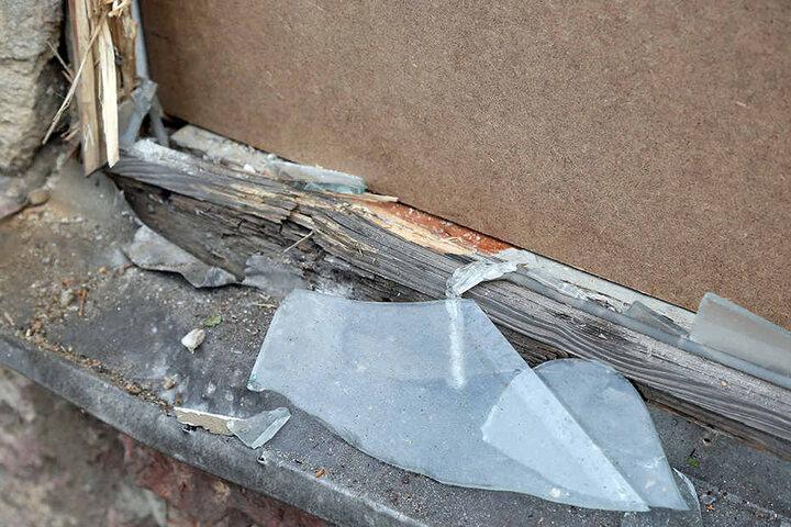 Der Sprengkörper zerstörte eine Scheibe und den Fensterrahmen. Schaden: rund  2500 Euro.
