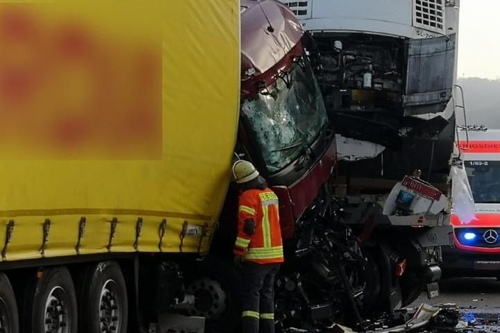 Der Fahrer eines LKW war eingeklemmt und erlitt lebensgefährliche Verletzungen.
