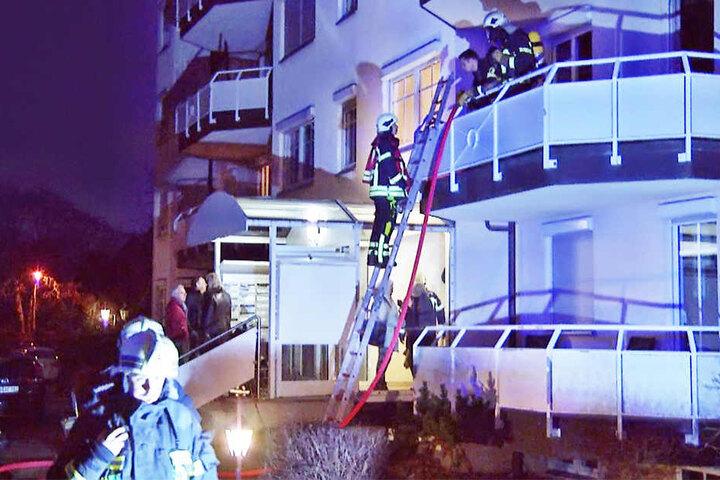 Die Bewohner der betroffenen Wohnung mussten über eine Leiter am Balkon gerettet werden.