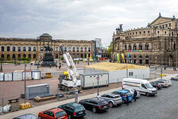 Diese Baucontainer samt Spitzdach und weitere Lagerboxen stehen bis 2019 auf  dem Theaterplatz