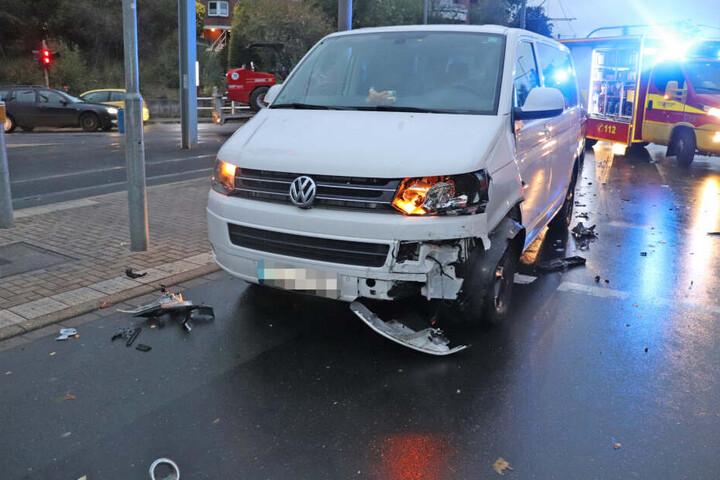 Auch der VW Multivan war nach dem Crash nicht mehr fahrbereit.