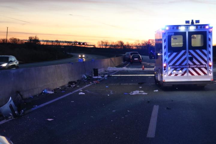 Zwei weitere Fahrzeuge rasten in die Unfallstelle.